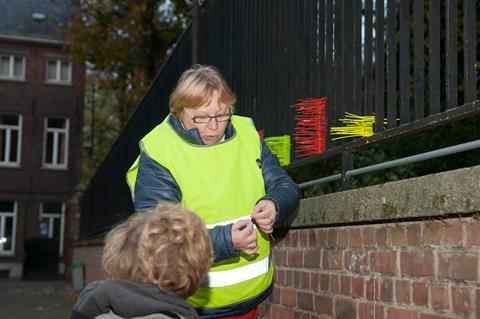 Guldensporencollege Groeninge: zichtbare leerlingen krijgen plastic bandjes waarmee ze schoolomgeving mogen versieren. Kleurrijke aandachtstrekker voor de andere weggebruikers!